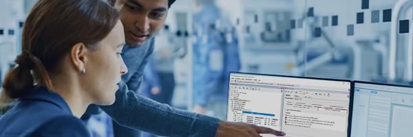 Zwei Mitarbeiter verwalten Daten einfach am PC mit das CIDEON SAP ECTR Object Browser Addon.
